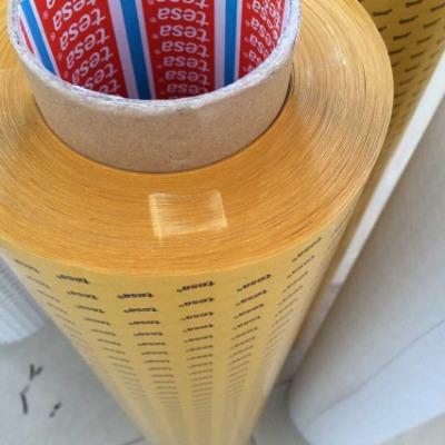 德莎51965   规格:1240MM*100M 厚度:0.205 颜色:黑色 基材:PET薄膜 胶粘剂:丙烯酸 短期耐温性:200℃ 长期耐温性:100℃   钢板粘着力:28.75N/25mm  应用:在高温和低温下都有极好的抗剪切性。优异的耐老化性。对PP/PC/PET材料及泡棉都有很高的粘接强度。适合粘接各种材料