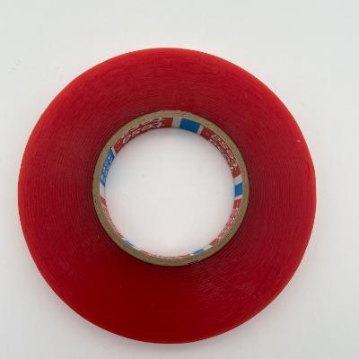 德莎4965 颜色为透明,胶粘剂为改性 丙烯酸胶,厚度为0.205MM,具有良好的抗老化性及抗剪性,抗溶剂性、抗软化性、抗湿性好,并且具有优越的加工性能及耐温性。根据表面离型纸不同,分为以下三类: 德莎4965 德莎4965 TESA 4965PV0   红色MOPP离型纸                       离型纸厚80UM TESA 4965PV1   褐黄色格拉辛离型纸                    离型纸厚71UM TESA 4965PV4    白色PE膜离型纸,带蓝色LOGO   离型纸厚118UM TESA(德莎)4965双面胶带符合ROHS、卤素环保法规要求,对PP/PC/PET材料及泡棉都有很高的粘接强度,适合粘接各种材料。 在21℃和50%相对湿度条件下,原包装状态下自生产之日起保存期为24个月。 品牌 tesa                 型号 4965PV0               基材 pet                  厚度 0.205            规格 1240*50    颜色 红色半透明PP薄膜 长期耐温性 100(℃)        适用范围 适合粘接各种材料等  短期耐温性 200(℃)    TESA4965PV0 在高温和低温下都有极好的搞剪切性,优异的耐老化性,搞张力强,对于光滑表面OPP、PC、PS压克力等塑胶具有很好的永久性粘拉,用于手机配件、电脑配件、汽车配件、面板粘接。适合粘接各种材料。tesa4965已通过UL969认证 德莎4965具有极高的抗剪切强度和粘接强度,可承受很大外力。在苛刻的温度条件及受力条件下也能保证粘接效果。通过UL969标签,标记认证 遮蔽系列-纸基材