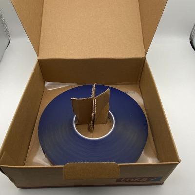 德莎7055 产品描述 tesa? ACXplus 7055是一款透明的丙烯酸泡棉胶带。它由高性能的丙烯酸胶系构成,已初步证明具有强大的粘接力,应力分散和耐温耐候性。  基于高透明性,它尤其适用于透明的和半透明的建筑材料的粘接,如玻璃或亚克力板。  主要应用 用于以下行业中粘接透明和半透明材料的粘接: 标示制造业 装饰玻璃面板 隔断墙  PV 22 = 白色涂有聚乙烯(PE)的纸质离型纸带tesa? ACXplus商标  PV 24 = 蓝色薄膜离型纸  产品说明不含对于玻璃的粘接力值  源于高服帖性的软质PE泡棉,这款胶带即便对于粗糙表面,也提供了即时的粘合;  即使在较小施压时,也提供了高的粘合力;  对于地表面能材料,也提供了高的粘合力 。