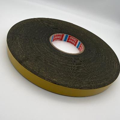 德莎62936 产品描述  tesa 62936由高服帖性的PE泡棉和改性丙烯酸胶系构成,是结构性固定应用的双面PE泡棉胶带。  产品特点:  胶带,对于各种不同表面具有高效初始粘接力  高效终粘接力,确保安全可靠粘接  适用于室外环境:抗UV、防水、耐老化  弥补不同材料的热膨胀差异  即使在施加很小压力的情况下仍然具有高效立即粘接强度  出色的冷冲击吸收性能   主要应用  内部覆盖板墙固定  商用冰柜防撞板的固定  注塑塑料件固定  镜面与彩色玻璃面板固定  可选离型纸: PV0 棕色格拉辛纸(71 μm) PV10 红色透明PP薄膜 (120 μm) PV15 蓝色PE薄膜 (100 μm)  剥离力: - 初始值: 在PC、PS、PVC等材料表面泡棉自身撕裂 - 最终值(14日): 在钢板, 铝, ABS, PC, PS, PET, PVC等材料表面泡棉自身撕裂  tesa? 62936 经过德国莱茵兰TüV的测试认证,认可产品在IEC 61215 / 61646气候测试后的长期粘接性能和85°C 下的耐温性能。