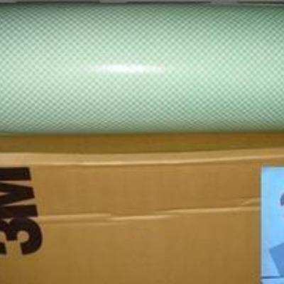 3M4032是 3M双面胶中的一款泡棉基材双面胶,基材为聚氨酯泡棉,胶粘剂类型为A-20(是一种高强度 丙烯酸压敏胶),厚度为1.6MM,颜色为白色,具有超强的粘性,抗紫外线、耐溶济性好,还具有具有柔软、贴服性好特性,具有高拉伸力,剪切强度,耐高温,粘接强度可随自然老化大大加强;离型纸为绿色格纹离型纸,可以用于取代螺钉、柳钉、点焊等传统固定方法,用双面胶带固定能使产品表面更为光滑、美观、操作更加简单、密封性更好、效果更为持久、拆装十分方便。